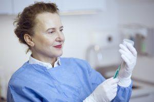 Dr. Elvira Göller führt in ihrer Hautpraxis in Poppenbüttel ambulante Operationen durch. Dermatologie in Hamburg